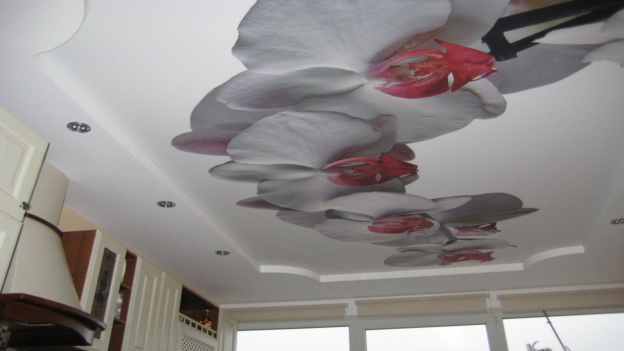 Как правильно подготовить помещение для оклейки обоев на потолок