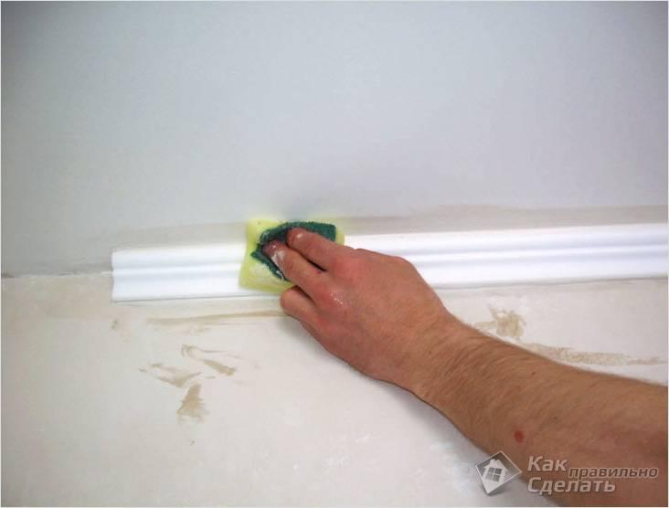Как клеить багеты на потолок