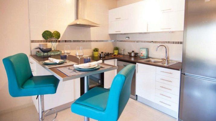Кухонні столи і стільці для маленької кухні (42 фото): обідня група з круглим скляним столиком, зі складними стільцями і інші варіанти меблів